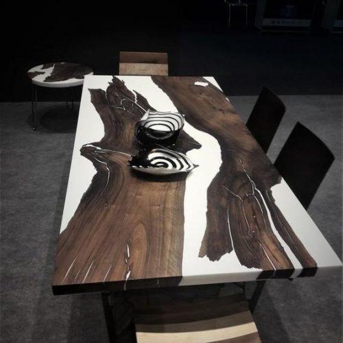 Stół drewniany z żywicą epoksydową